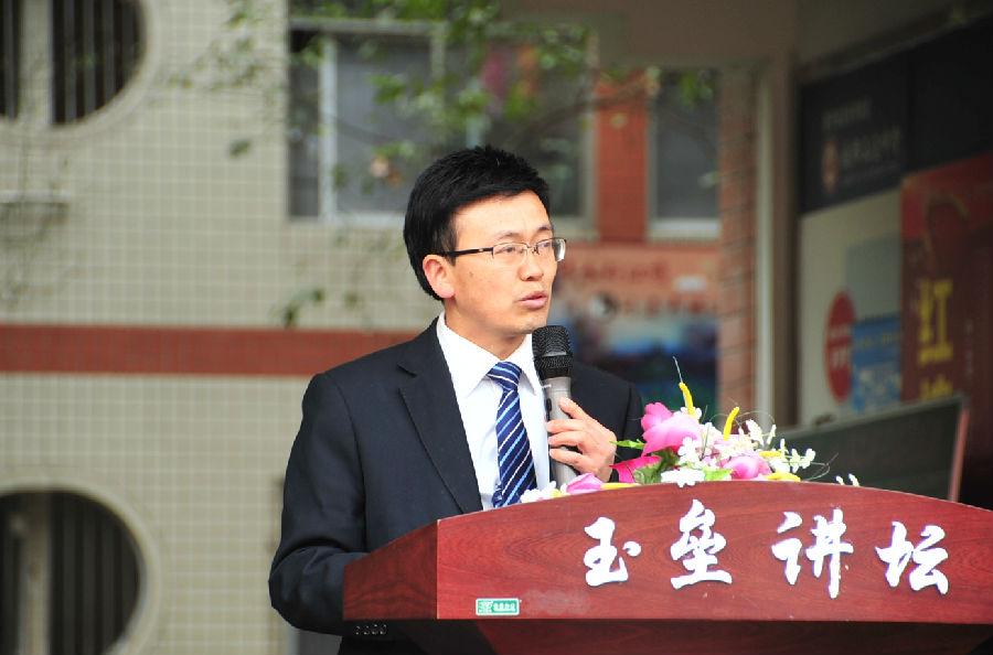 四川省政协委员、望子成龙教育集团董事长、玉垒中学校长蒋杨斌在开学典礼致辞中讲到,过去的一年里,在全校师生的共同努力下,我们取得了优异的成绩.图片